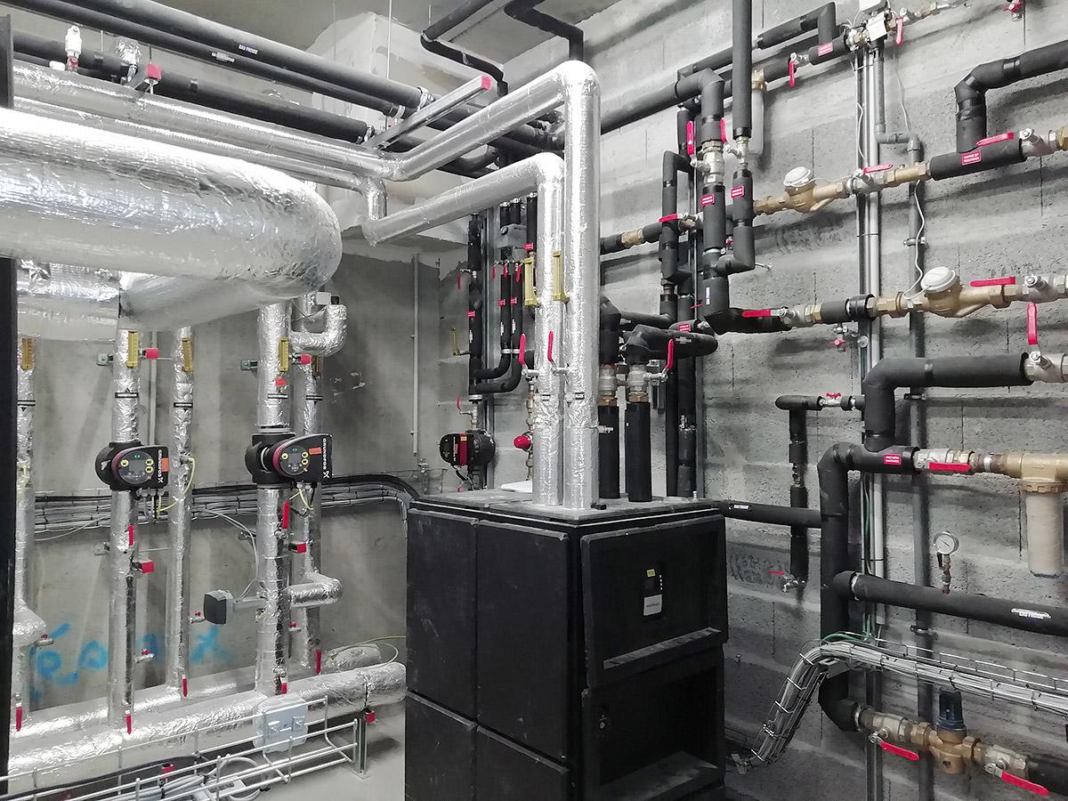 Chauffage des locaux vestiaires par radiateur eau chaude.